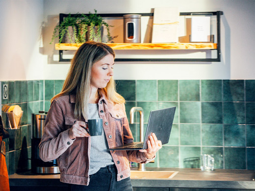 CTA Vrouw met laptop aanrecht